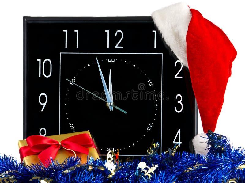 Borduhr mit Weihnachtshut lizenzfreie stockbilder