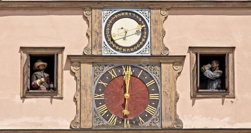 Borduhren auf Rathaus von Rothenburg o.d.t stockbilder