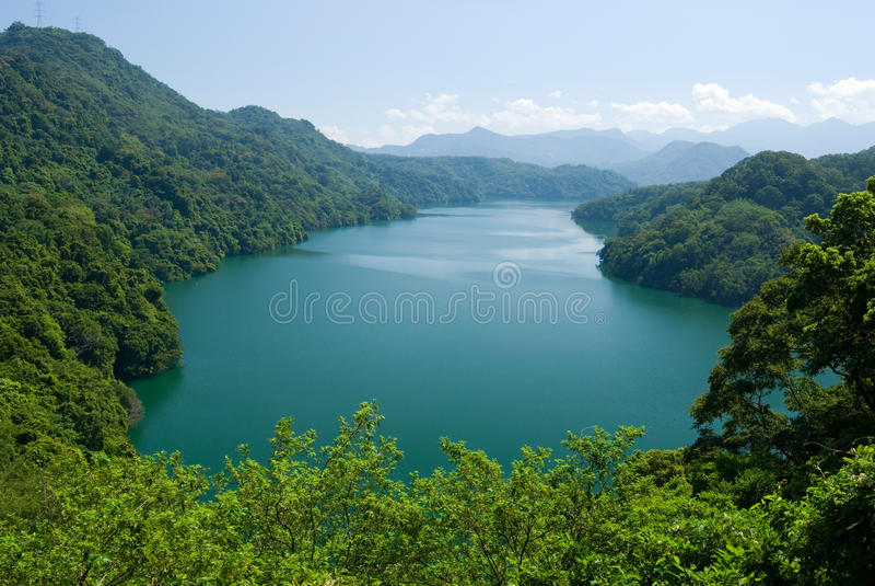 Bordure paisible de lac par des forêts et des montagnes photos stock