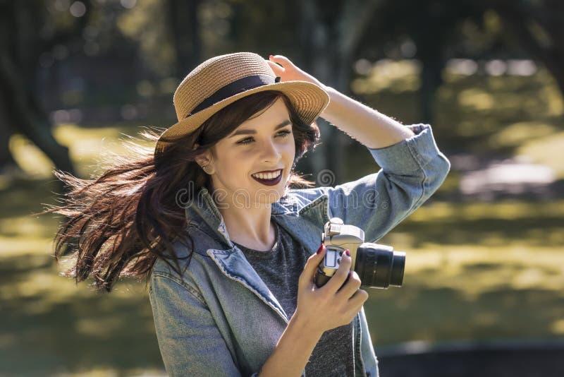 Bordures les explorant de jeune voyageur heureux avec l'appareil-photo de film photographie stock libre de droits
