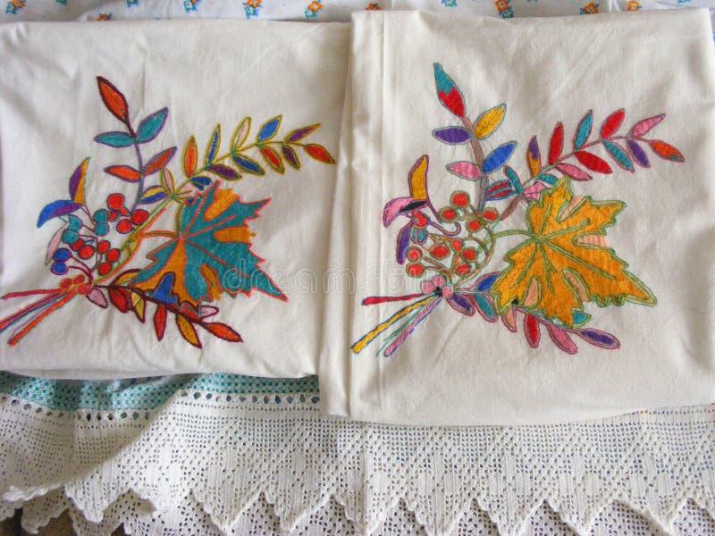 Borduurwerkhand - gemaakte uitstekende textiel, borduurwerk witte goederen met delicatkant stock foto