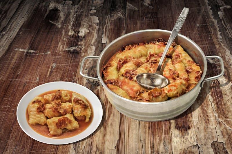 Bordvol Ingelegde die Koolbroodjes met Gehakt worden gevuld in Staal Saucepot wordt gekookt op Oude Gebarsten Vlokkige Tuinlijst  stock afbeeldingen