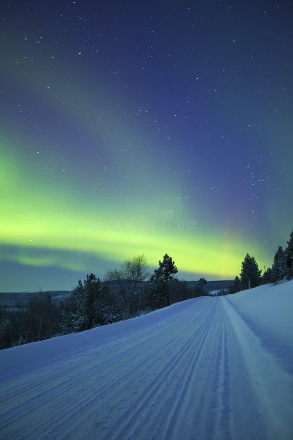 Borealis αυγής σε ένα χειμερινό τοπίο, φινλανδικό Lapland στοκ εικόνα