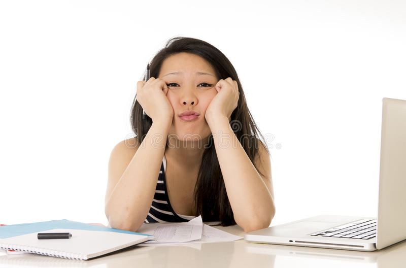 Download Bored Aziatische Die Studente Op Computer Wordt Overgewerkt Stock Foto - Afbeelding bestaande uit internet, bored: 39103934