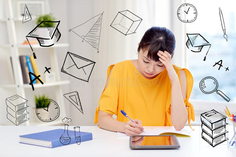 Bored Aziatische studente met tabletpc thuis royalty-vrije stock fotografie