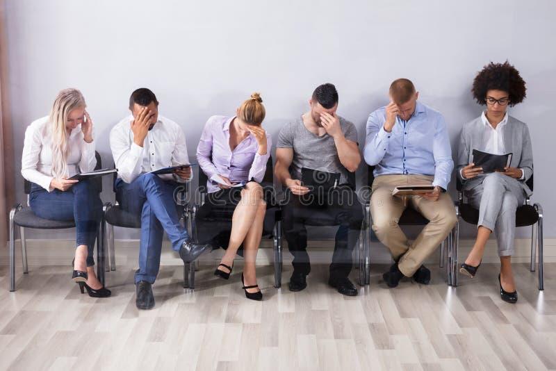 Bored Mensen die op Baan wachten interviewen royalty-vrije stock afbeeldingen