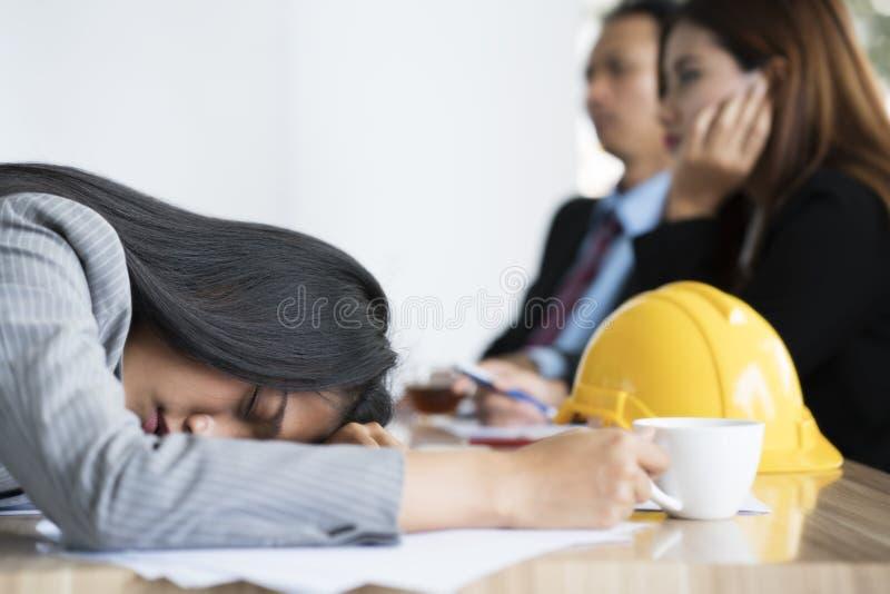 Bored onderneemster die een dutje nemen stock fotografie