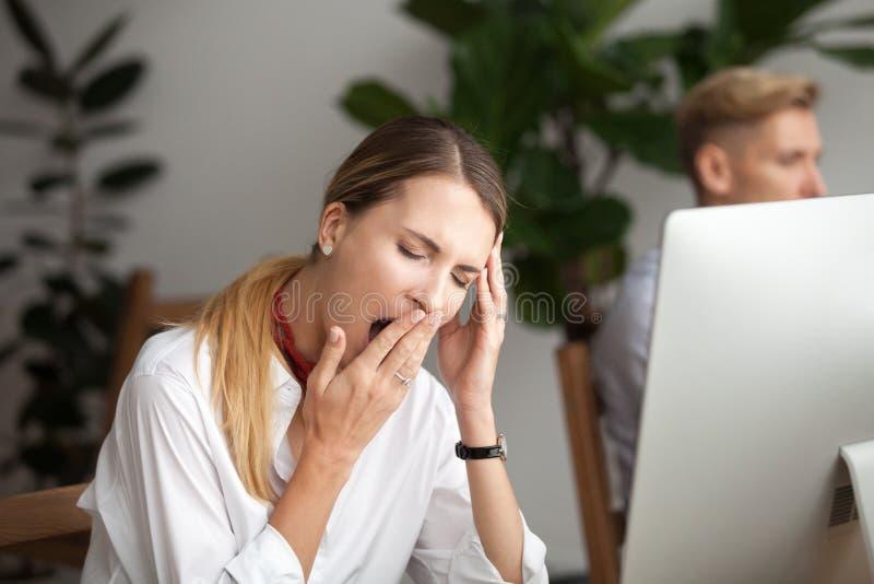 Bored vermoeide onderneemster die op het werk geeuwen die gebrek aan s voelen royalty-vrije stock afbeelding