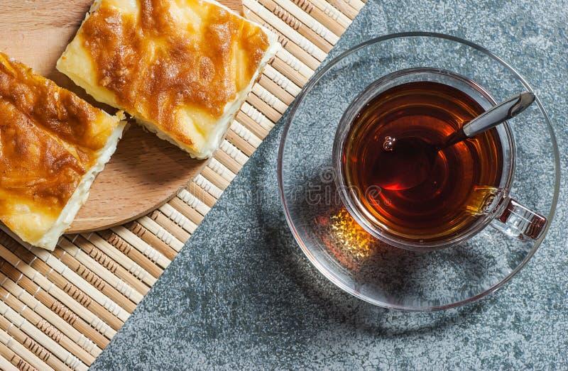 Boregi turco del su, burek o borek, rebanadas turcas de la empanada del agua con queso y té turco imágenes de archivo libres de regalías