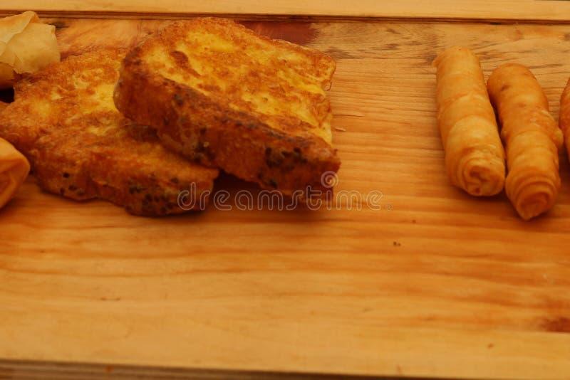 Borek fritado turco do sigara na madeira imagens de stock