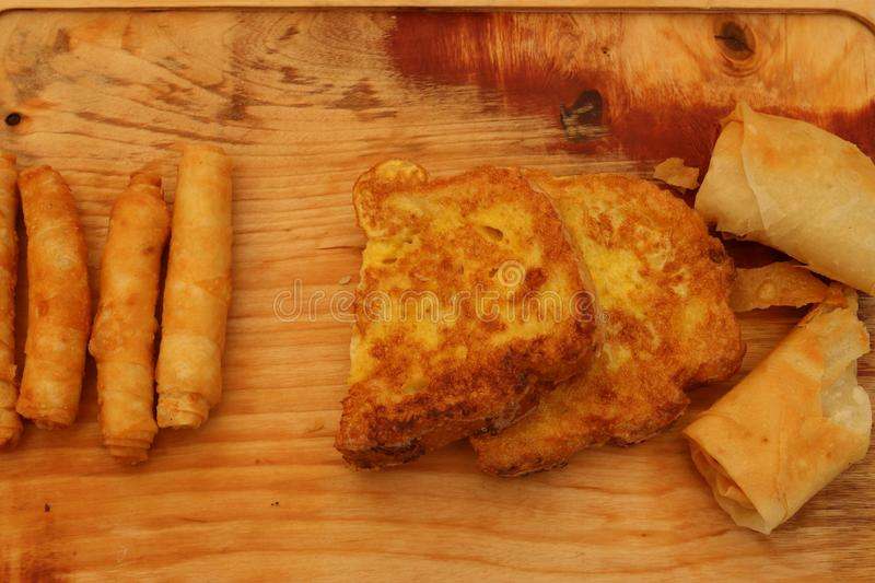 Borek fritado turco do sigara na madeira imagens de stock royalty free