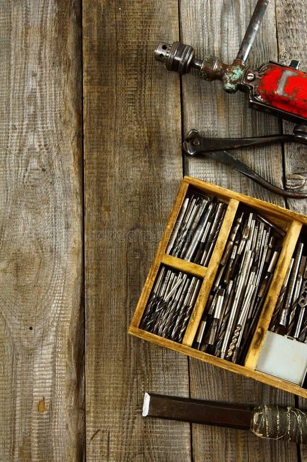 Boren in doos, boor, beitel op houten stock foto's