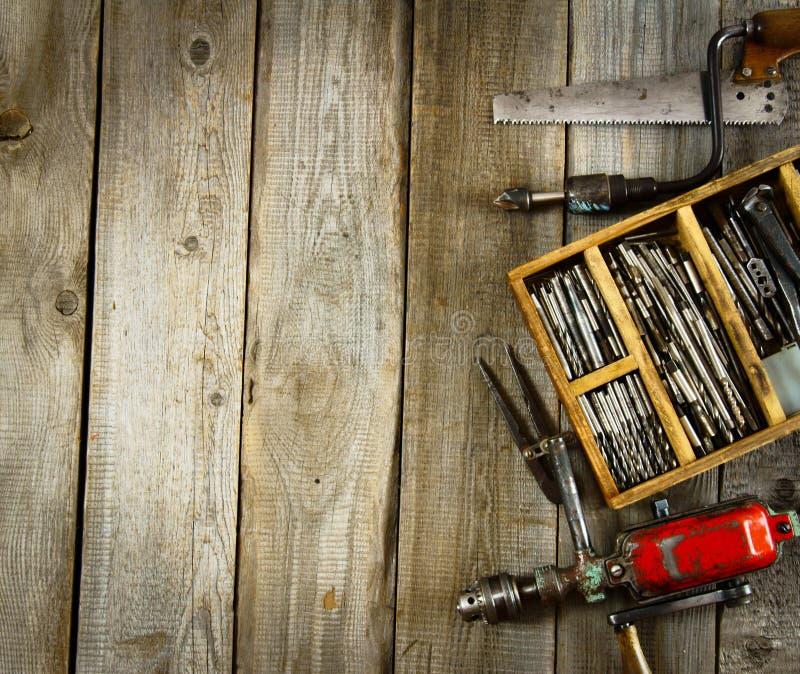 Boren in doos, boor, beitel op houten stock afbeelding