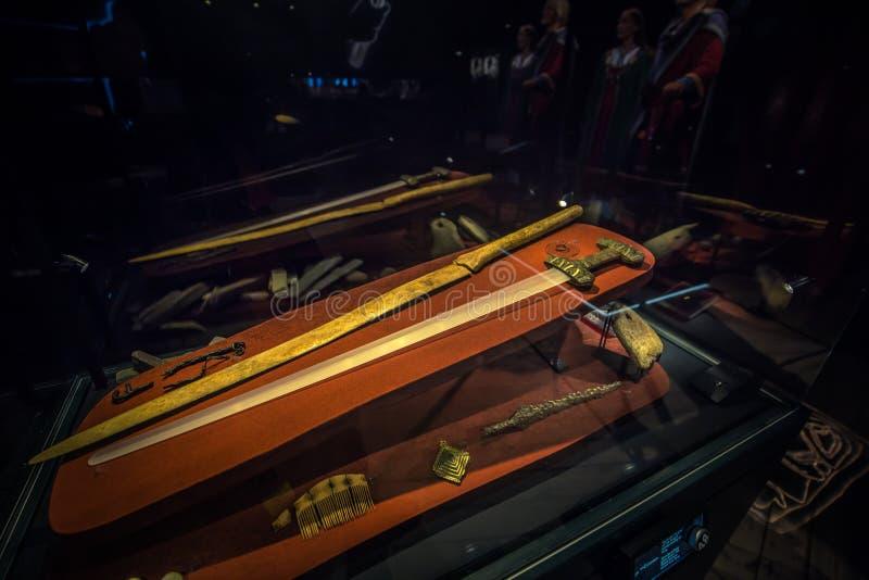 Borg - Juni 15, 2018: Vikingåldervapen i Lofotren Viking Museum på staden av Borg i de Lofoten öarna, Norge arkivfoton