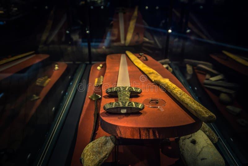 Borg - Juni 15, 2018: Vikingåldervapen i Lofotren Viking Museum på staden av Borg i de Lofoten öarna, Norge royaltyfria bilder