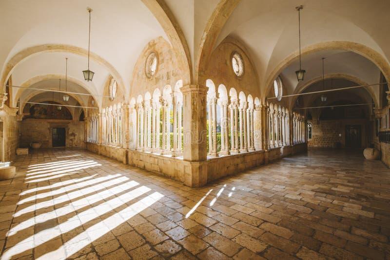 Borggård av den Franciscan kyrkan och kloster, Dubrovnik, Kroatien arkivbilder