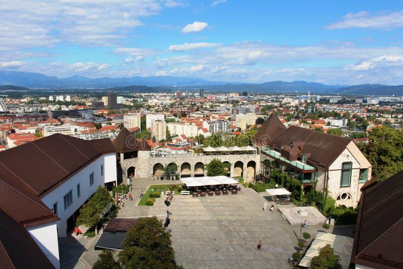 Borggård av den Ljubljana slotten, Ljubljana Slovenien royaltyfria foton