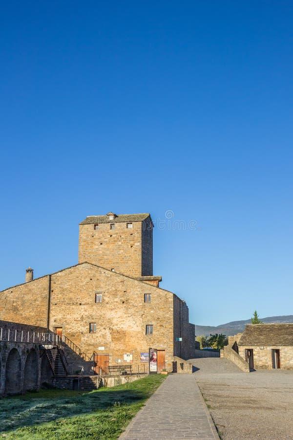 Borggård av den medeltida slotten i Ainsa royaltyfri fotografi