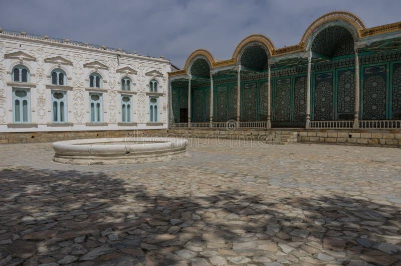 Borggård av den Sitorai Mokhi-Khosa slotten med springbrunnen, Bukhara, royaltyfria bilder