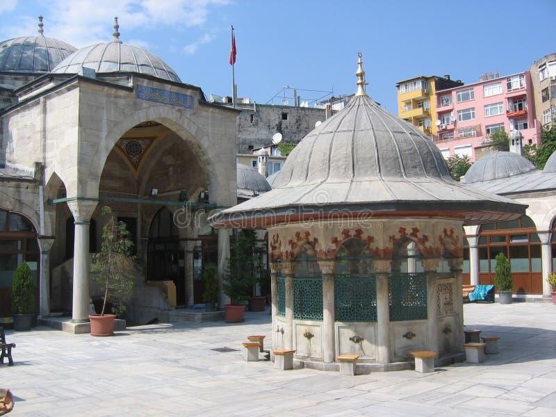 Borggård av en moské till Istanbul med en springbrunn till mitten kalkon royaltyfri foto