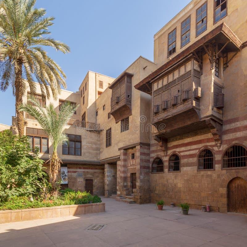 Borggård av huset för era för El Razzaz Mamluk det historiska, Darb al-Ahmarområde, gammal Kairo, Egypten royaltyfri bild