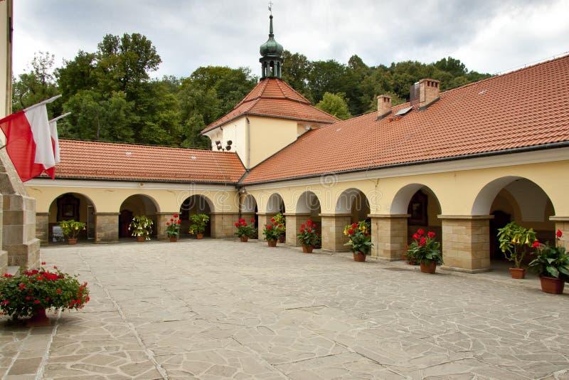 Borggård av kyrkan i Kalwaria Zebrzydowska. arkivfoton