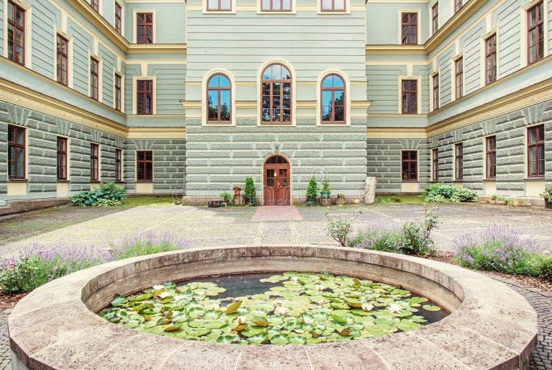 Borggård av skogsbrukskola i den gamla bryta staden Banska Stiavnica arkivfoto