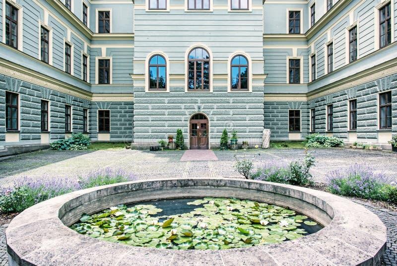 Borggård av skogsbrukskolan i den gamla bryta staden Banska Stiav royaltyfri fotografi
