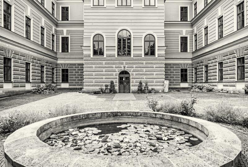 Borggård av skogsbrukskolan i den gamla bryta staden Banska Stiav royaltyfri foto