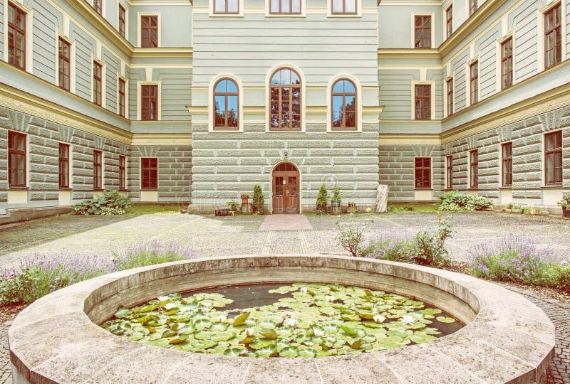 Borggård av skogsbrukskolan i den gamla bryta staden Banska Stiav royaltyfria bilder