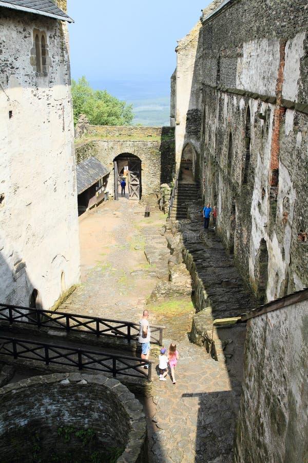 Borggård av slotten Bezdez royaltyfri foto