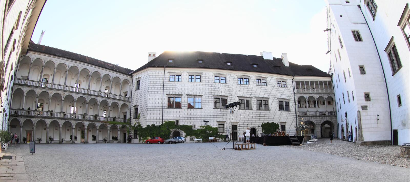 Borggård av slotten i Jindrichuv Hradec royaltyfri foto
