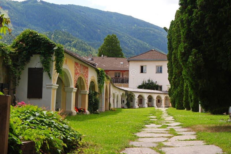Borggård av Stadtpfarrkirche St Andra i Lienz arkivbilder