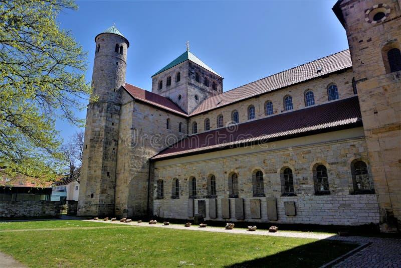 Borggård av Sts Michael kyrka i Hildesheim royaltyfri foto