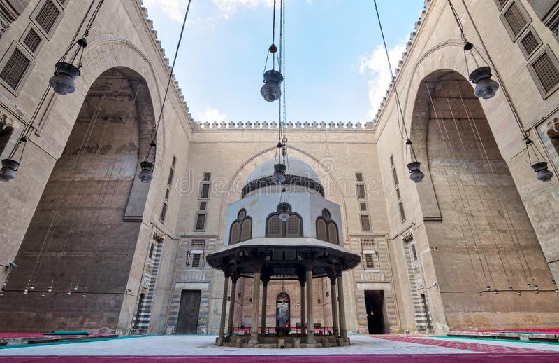 Borggård av Sultan Hasan Mosque med tvagningspringbrunnen och enorma bågar, Kairo, Egypten fotografering för bildbyråer