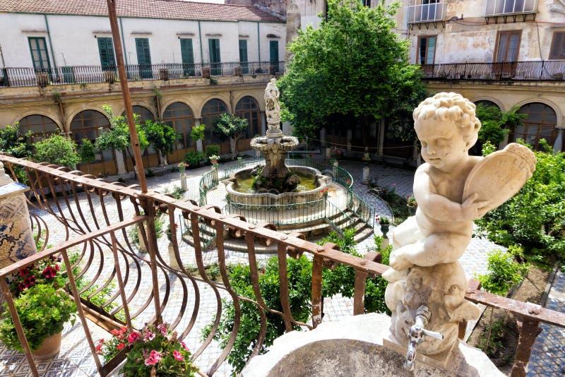 Borggård från balkongen av helgonet Catherine Cloister i Palermo, Italien royaltyfri bild