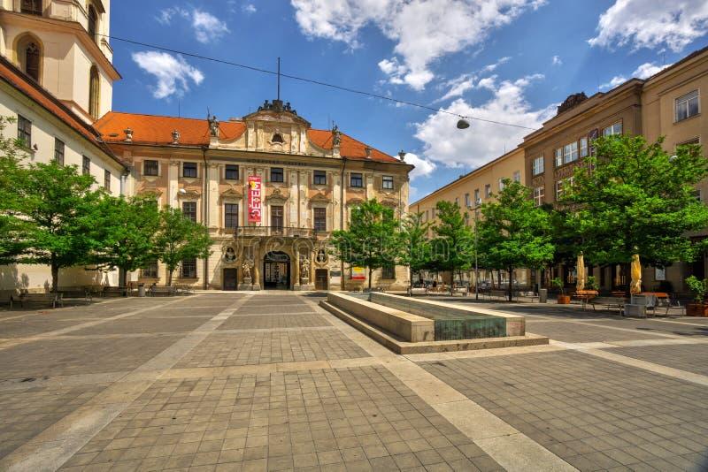 Borggård framme av kyrkan av St Thomas i Brno arkivbilder