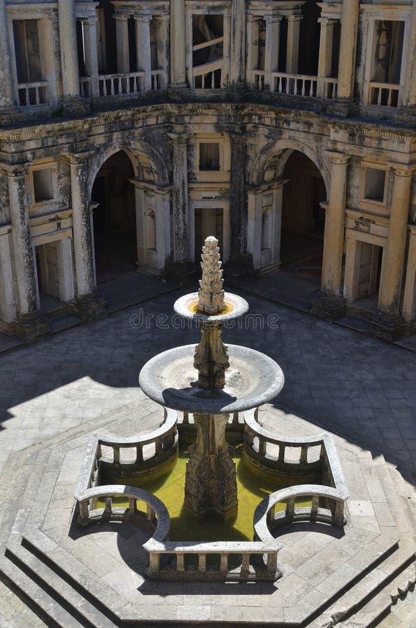 Borggård i kloster av Kristuskloster i Tomar, Portugal fotografering för bildbyråer