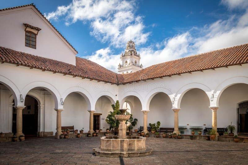 Borggård i stad av Sucre, Bolivia arkivbild