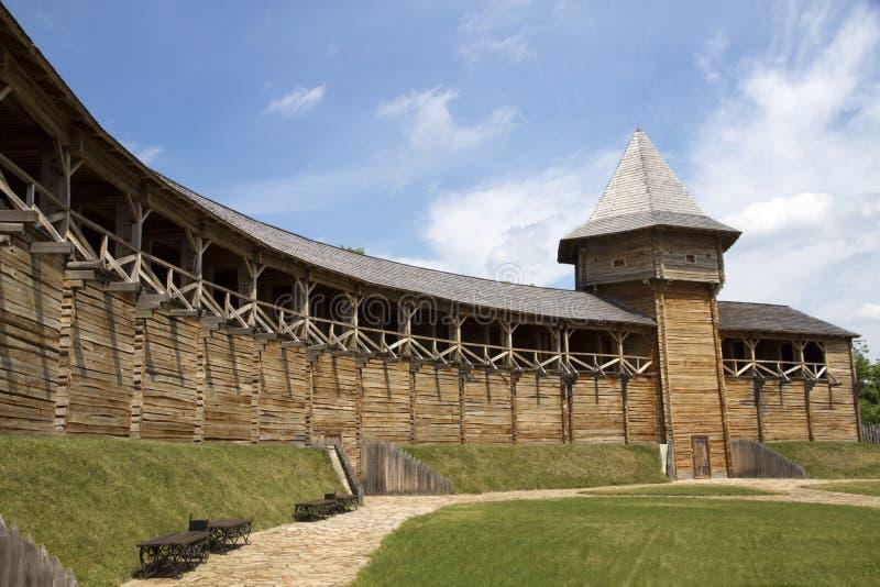 Borggård med en fästningvägg royaltyfri bild