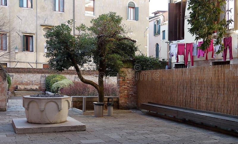 Borgg?rd med v?l historiska byggnader, linne och kl?der i Santa Croce, Venedig fotografering för bildbyråer