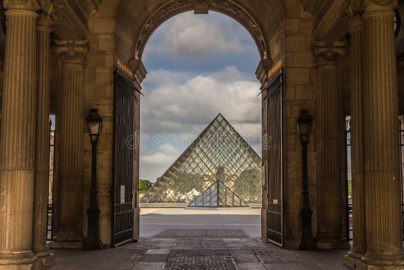 Borggård Paris Frankrike för pyramidLouvremuseum fotografering för bildbyråer