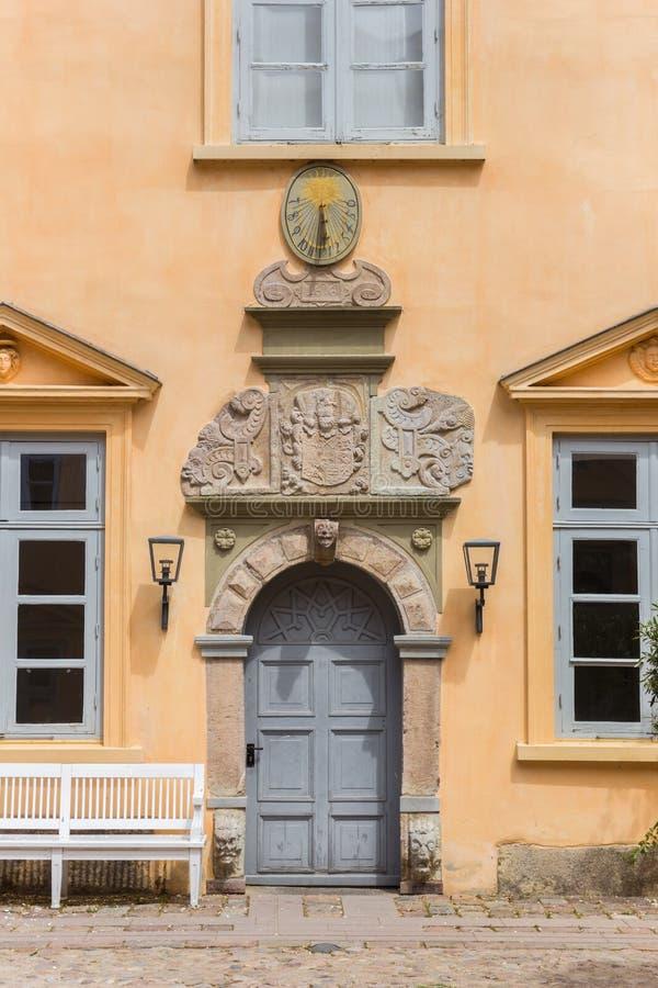 Borggårddörr av den historiska slotten i Eutin arkivfoton