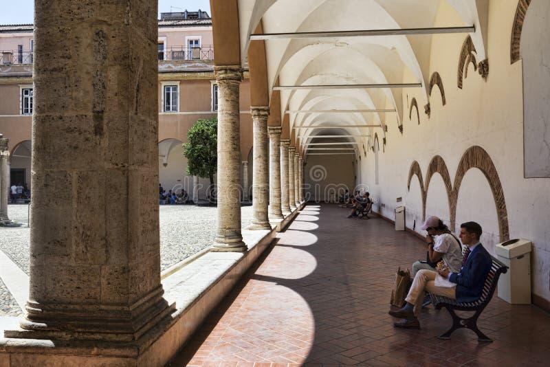 Borggården av basilikan av San Pietro i Vincoli i Rome royaltyfri foto