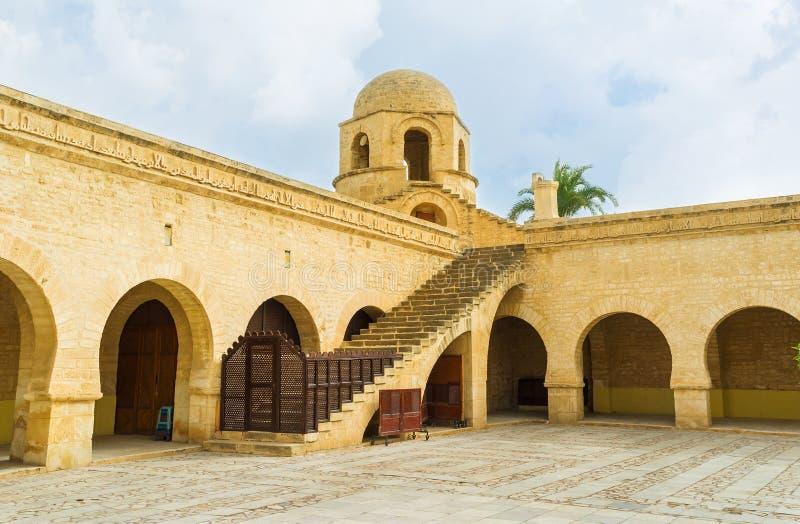 Borggården av den storslagna moskén royaltyfri foto
