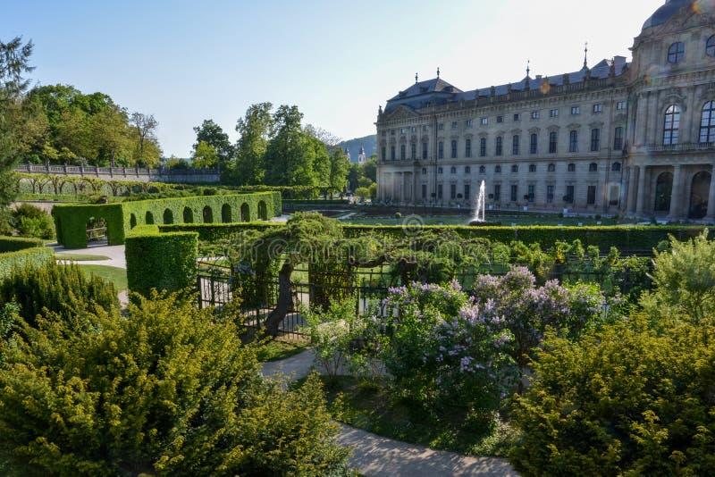 Borggårdträdgården på den Wuerzburg uppehållet på en solig dag royaltyfri foto