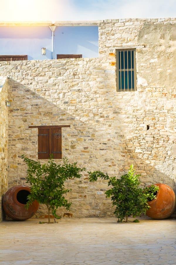 Borgg?rd som konstrueras av den h?rliga stenen och dekoreras med inlagda v?xter i liten by i berg av Lefkara, Cypern royaltyfri bild