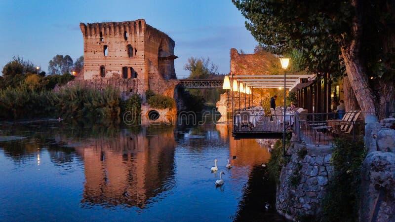 Borghetto-sul Mincio durch die Glättung lizenzfreies stockfoto
