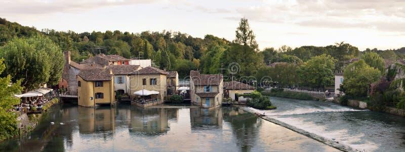 Borghetto by Valeggio sul Mincio, Italien royaltyfria bilder