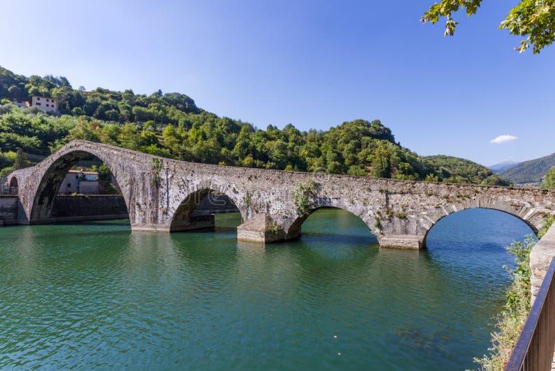 Borgo de brug van een Mozzano van de Duivel, Luca, Toscanië, Italië stock afbeeldingen
